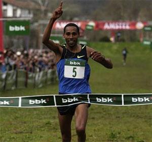 Samuel Tsegay taking the win in the men's race