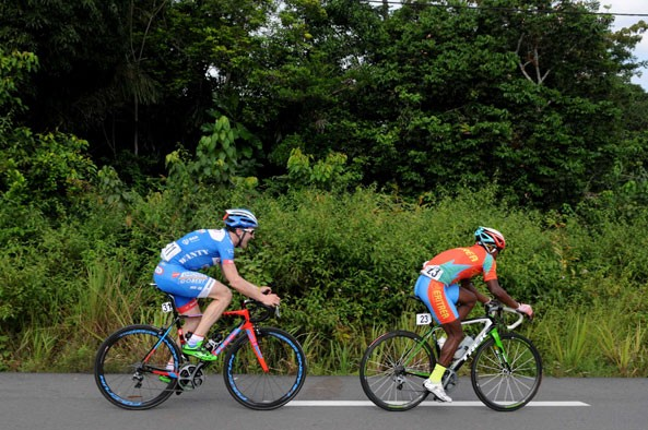 Tesfom Okubamariam hurts the legs of a Wanty-Groube Gobert rider at the Tropicale